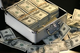 100-US-Dollar-Scheine in einem silbernen Koffer