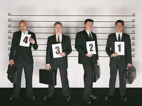 Männer mit Zahlen bei Gegenüberstellung bei der Polizei