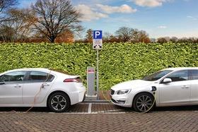 2 hochwertige Elektroautos beim Tanken