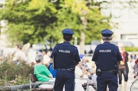 2 Polizisten in der Fußgängerzone_pixabay