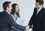 3 Business-Leute begrüßen sich