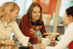 3 junge Frauen im Gespräch