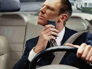Unfallrisiko: Gefährliches Hantieren während der Autofahrt