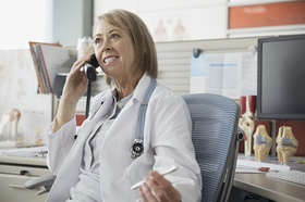 Ältere Ärztin beim Telefonieren