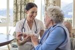 ältere Dame mit Pflegepersonal, Krankenschwester