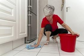 Ältere Frau beim Putzen - Putzfrau - Hausmädchen