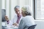 Ältere Frau und Arzt im Gespräch