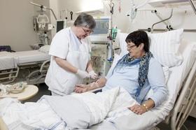 Ärztin, Krankenschwester versorgt Patientin