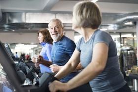 ältere Personen auf Laufband im Fitnessstudio