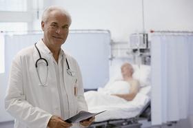 Älterer Arzt mit Patient im Hintergrund