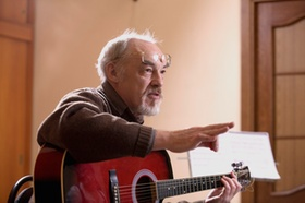 Älterer Herr spielt Gitarre