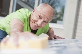 Älterer Mann beim Putzen