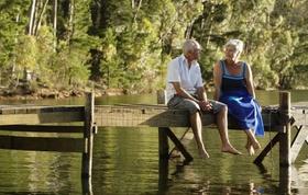 Älteres Ehepaar auf einem Steg am See