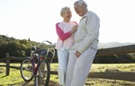 Älteres Ehepaar bei Pause auf Fahrradtour