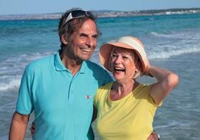 Aelteres Paar am Strand, lachen