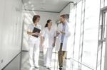 Ärzte und Krankenpfleger besprechen sich auf dem Gang