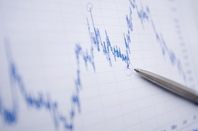 Aktienanalyse Aktienkurs mit Kugelschreiber