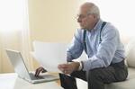 Alte Frau Im Rollstuhl schaut aus dem Fenster