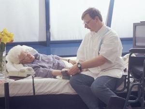 Vergütung: Regierung fordert mehr Geld für Altenpfleger