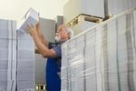 Alter Mann arbeitet im Postlager