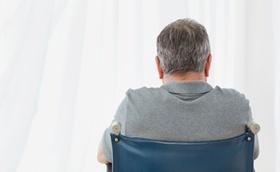 Alter Mann im Rollstuhl von hinten