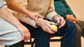 Alter Mann und Pflegerin