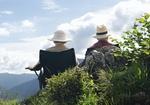 Seniorenpaar, sitzen auf Berg, betrachten die Aussicht