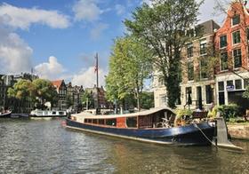 Amsterdam, Hausboot am Ufer der Amstel, Niederlande