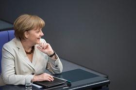 Bundeskanzlerin Angela Merkel (mit Unterlagen) in einer Bundestagssitzung.