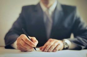 Anwalt Mann Vertrag Unterschrift