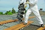 Arbeiter auf Hausdach - Dachsanierung