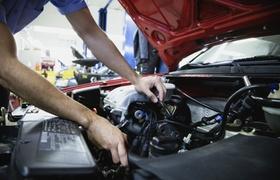 Arbeiter der ein Auto repariert