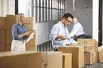 Arbeiter kontrollieren Pakete