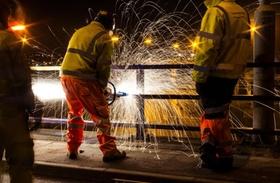 Arbeiter mit Schutzkleidung in Nachtschicht
