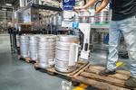 Arbeiter zieht Bierfässer