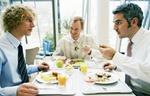 Arbeitskollegen essen in Kantine von Tabeltts