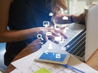 Arbeitsplatz mit digitalen App-Icons aus Smartphone scheinend