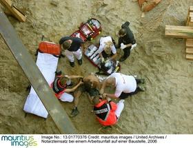 Notarzteinsatz bei einem Arbeitsunfall auf einer Baustelle, 2006