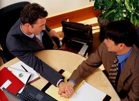 Armdrücken: Männer im Büro am Schreibtisch