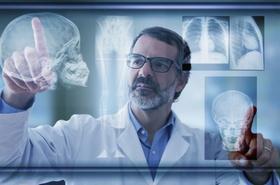 Arzt schaut sich Röntgenbilder an