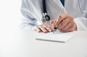 Arzt unterschreibt Rezept oder Attest