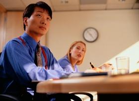 Asiatischer junger Mann lernt