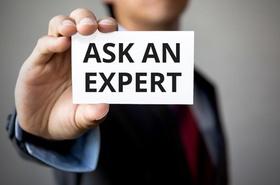 Ask an Expert Zettel von Geschäftsmann in Kamera gehalten