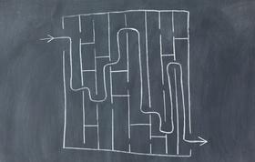 Auf Tafel gemaltes Labyrinth mit eingezeichnetem Lösungsweg
