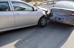 Auffahrunfall silberner Wagen fährt auf anderen silbernen Wagen auf