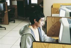 Ausländer Junge Computer
