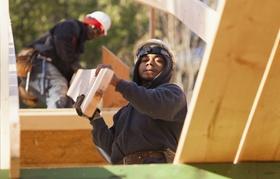 Ausländisch aussehende Männer bei Arbeit auf Bau