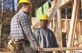 Männer bei Arbeit auf Baustelle