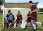 Ausgewechselter Fußballspieler klatscht Kameraden ab, fully_released