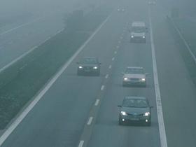 Autobahn bei Nebel
